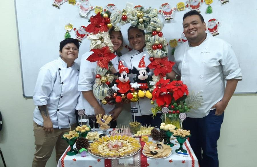 Alunos do curso Técnico em Gastronomia montam mesa de festa natalina